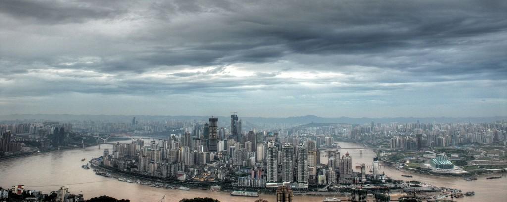 Skyline de Chongqing, uma das maiores e mais populosas cidades do interior da China. Foto: Oliver Ren CC BY-SA 3.0