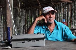 """""""Os honestos vivem porque deus quer. Mas vivem debaixo dos pés dos sabidos"""", diz José Rodrigues, conhecido como Doval. Sua comunidade foi proibida de plantar roça (Foto: Daniela Alarcon)"""