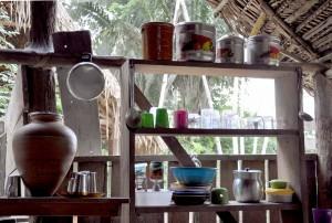 Prateleira da cozinha em casa de um beiradeiro do rio Iriri: vida integrada ao meio (Foto: Daniela Alarcon)