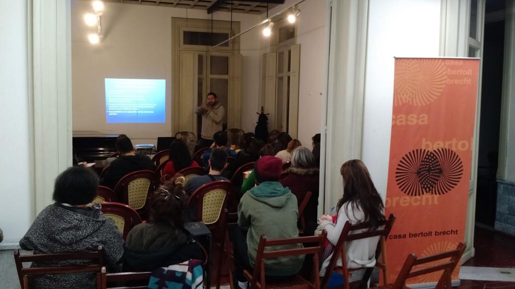 Integrantes da Comissão No a La Baja durante encontro na Casa Bertolt Brecht. Foto: Daniel Santini