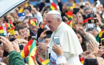Papa é recebido por multidão em Santa Cruz de la Sierra, na Bolívia