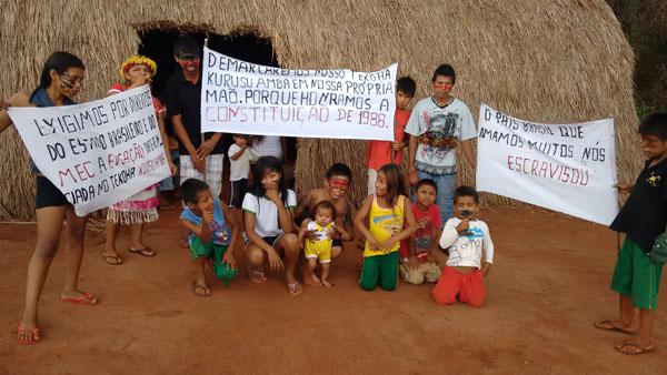 Indígenas Guarani e Kaiowá em situação degradante, expulsos de suas terras ancestrais.