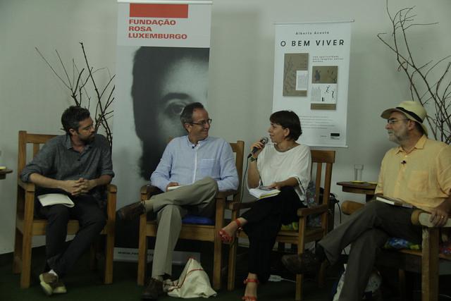 Salvador Schavelzon. Alberto Acosta, Verena Glass e Célio Turino na apresentação do livro em São Paulo. Foto: Gerhard Dilger