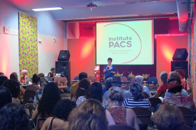 Sandra Quintela, coordenadora geral do PACS, durante a fala de abertura