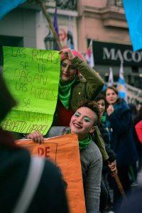 """""""As ricas pagam. As pobres sangram. Aborto legal"""", lê-se no cartaz. Foto: Nuevo Encuentro Rosario/ Facebook"""
