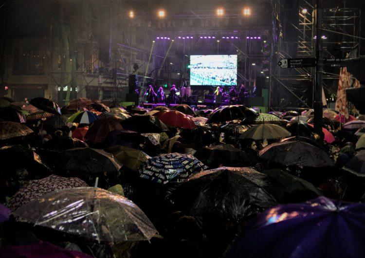 Im Regen stehen gelassen