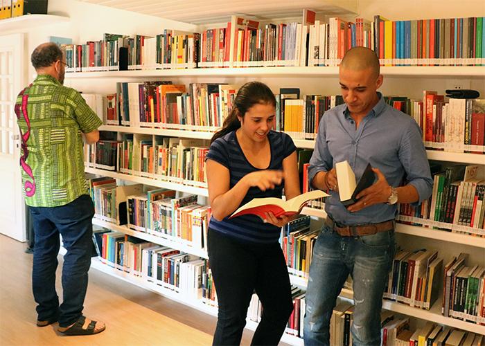 Conheça o acervo da biblioteca Rosa Luxemburgo