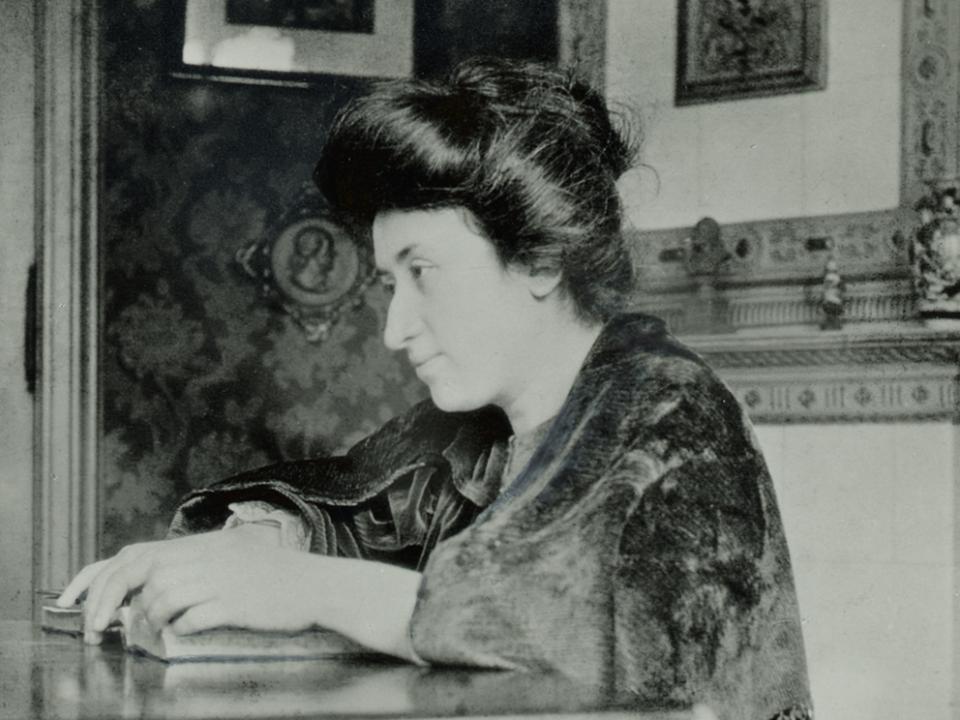 Rosa Luxemburgo aparece sentada